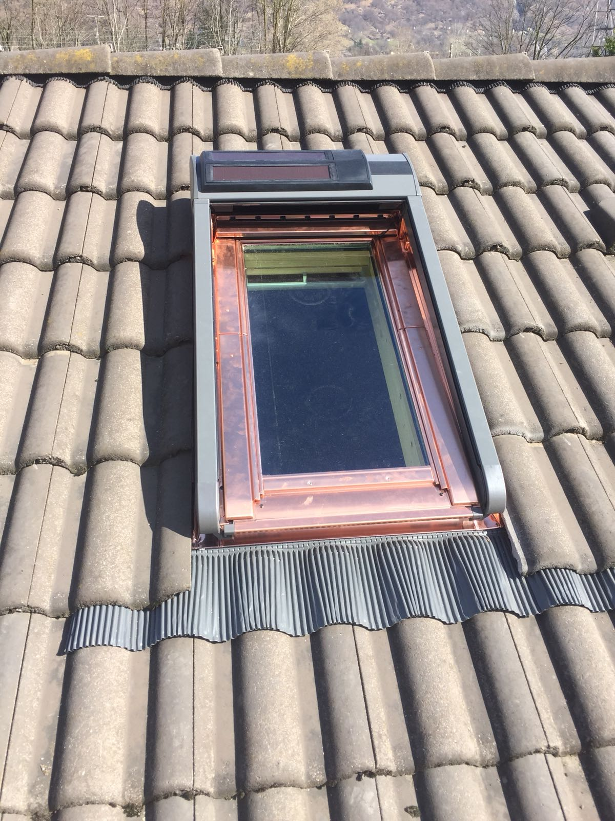 Finestre e persiane avvolgibili alimentate entrambe con pannelli solari risi carpenteria sa - Finestre con pannelli solari ...