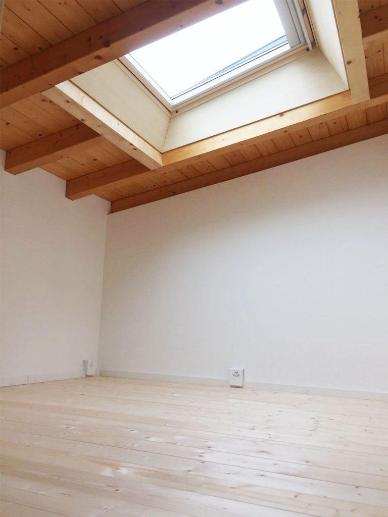 Pavimento sopppalco e finestra nel tetto