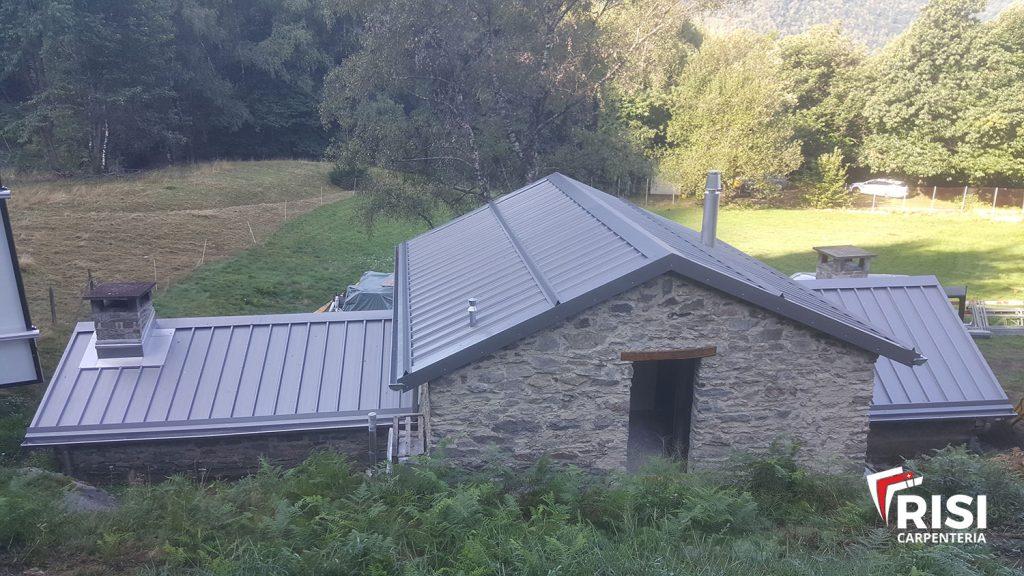 Nuovo tetto con copertura in lamiere grecate termolaccate